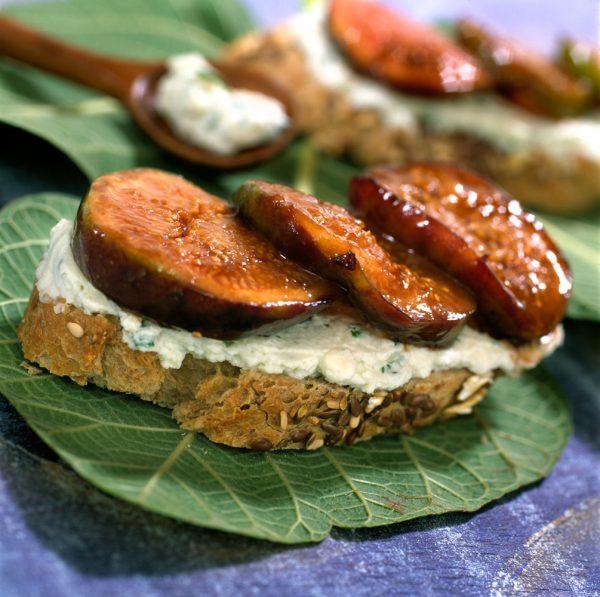 Tosta de queso azul con higos caramelizados