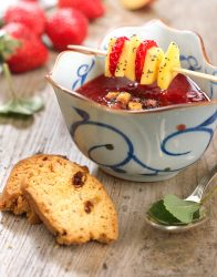 Brocheta de fruta con sopa de fresas
