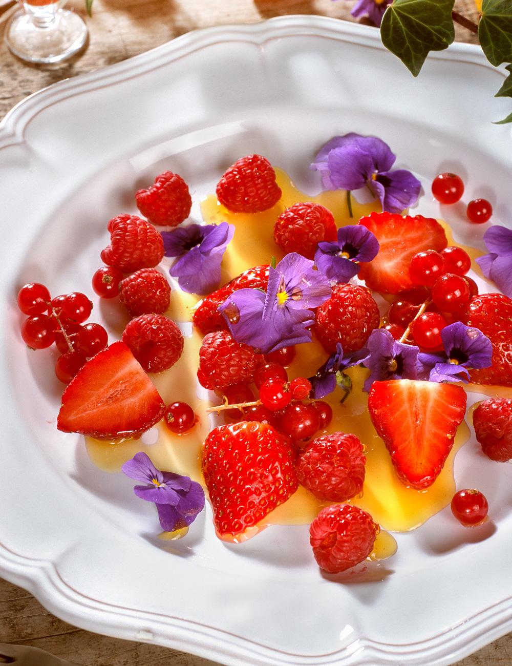 Ensalda de frutas rojas, violas y azafran