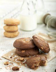 Cookies de cacao con almendras y chocolate blanco