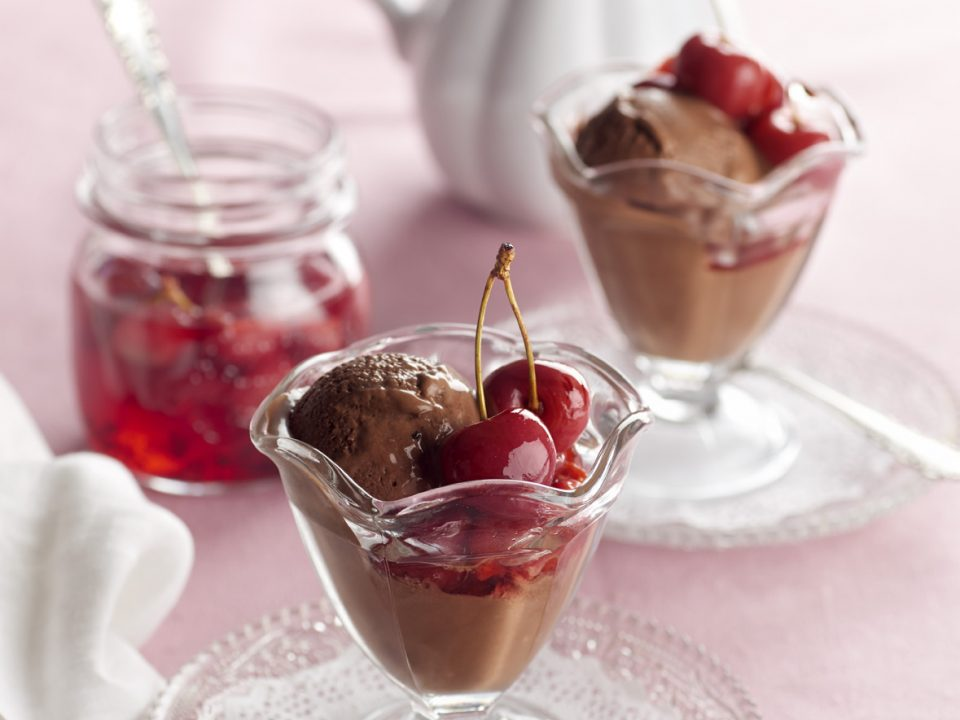 helado-chocolate-cerezas-confitadas