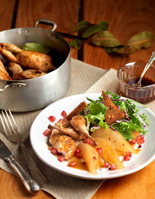Ensalada de codornices escabechadas con peras en almíbar