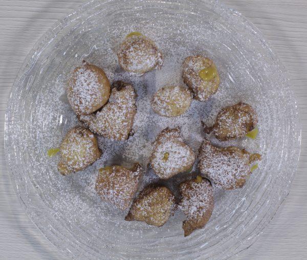 Buñuelos rellenos de natillas de mango