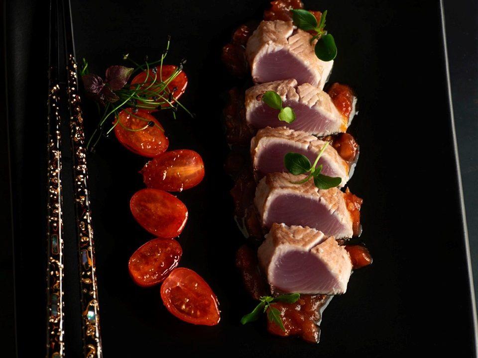 Tataki de bonito con compota de tomate