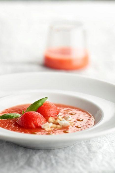 Sopa de tomate y sandía con aceite de albahaca