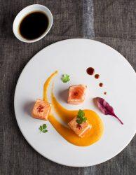 Te proponemos una idea genial para preparar de aperitivo: Dados de salmón teriyaki sobre lágrima de puré de calabaza.
