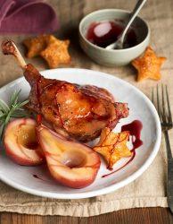 Pato crujiente con peras al vino