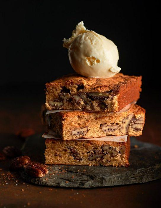 Brownie de chocolate blanco con nueces pecanas