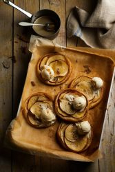 Hojaldre de manzana caliente con helado de vainilla