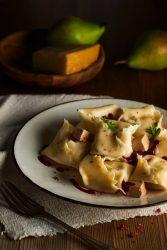 Pasta rellena de pera con daditos de paté y sirope de frambuesa