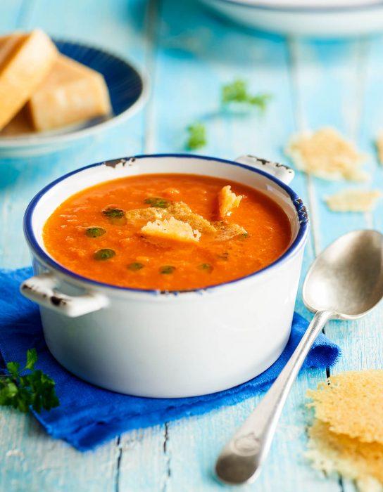 Sopa de tomate con galletas de Parmesano y aceite de hierbas