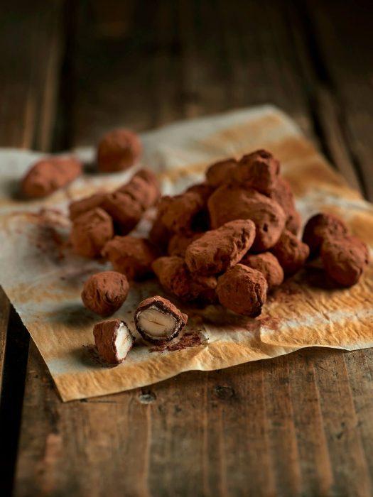 Frutos secos garrapiñados envueltos en chocolate y cacao