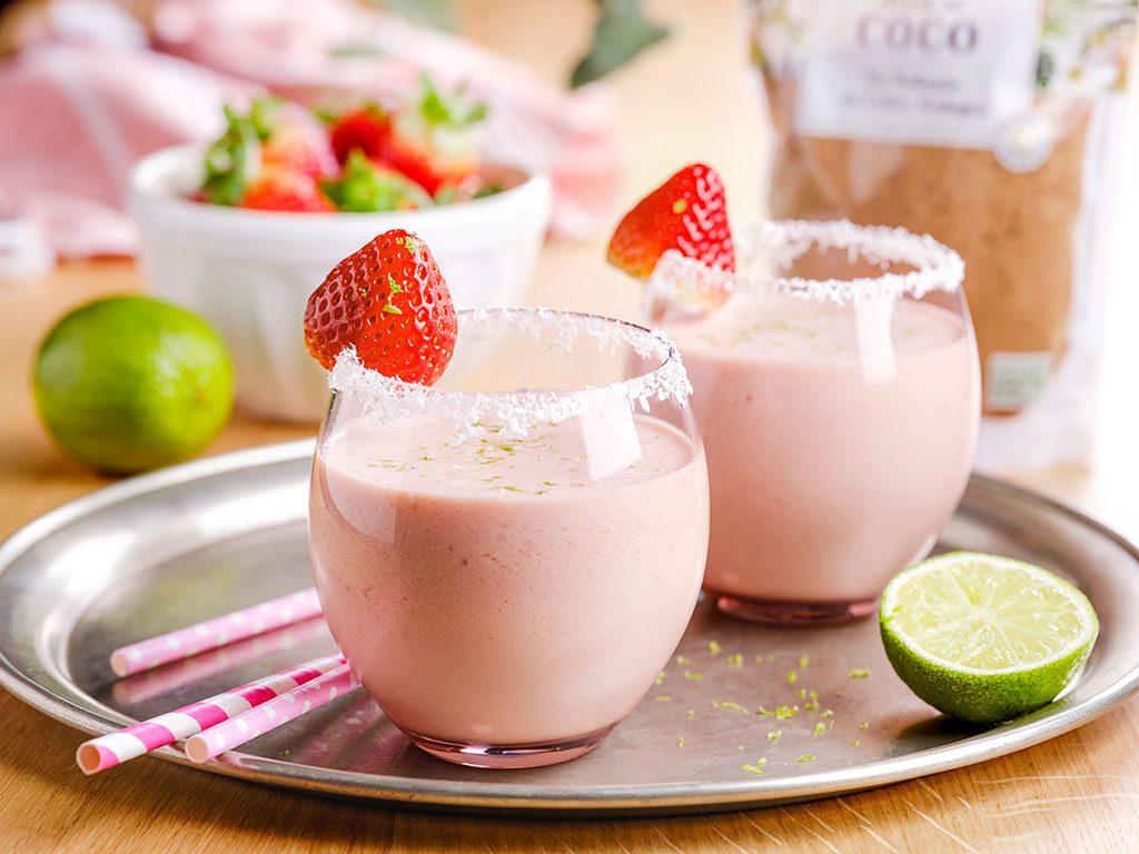 Milkshake-de-fresa,-coco,-lima-y-jengibre_12689-copia