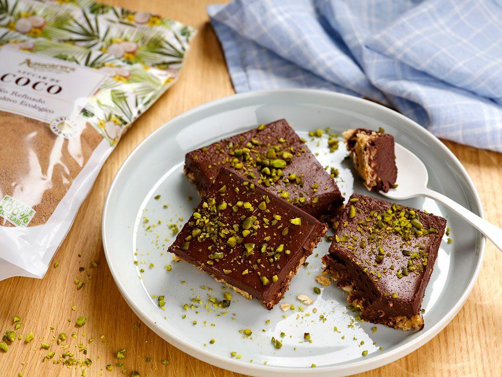Cuadrados-de-avena-y-chocolate-con-pistachos